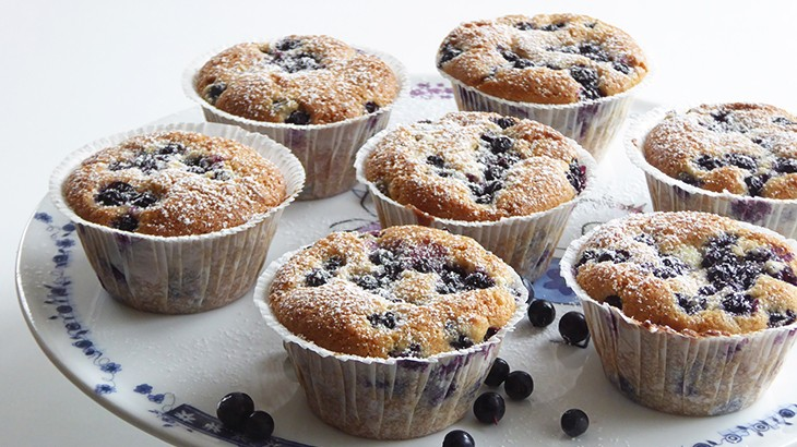 lækre blåbær muffins med marcipan og hvid chokolade
