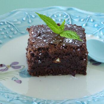 brownie med myntesirup og mynteblade - online opskrift