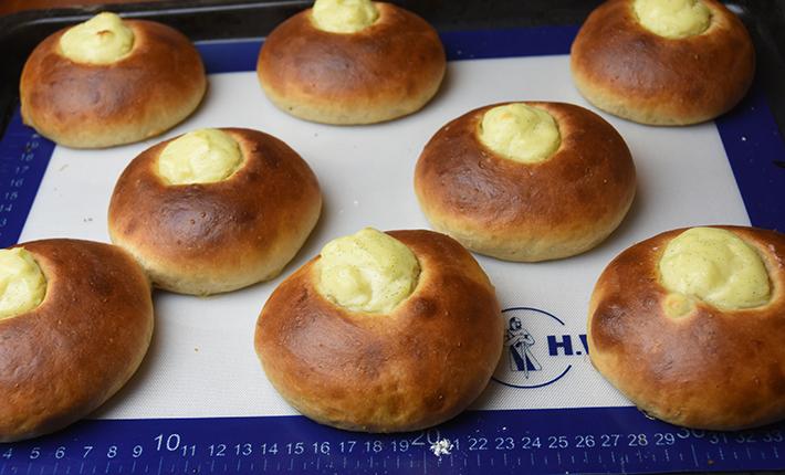 Norske skoleboller lige fra ovnen - bagt med surdej og stenformalet økologisk hvedemel