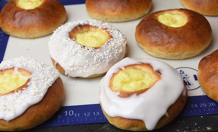 Norske skoleboller med vaniljecreme, glasur og kokosmel