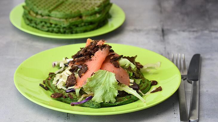 Spinatvafler med avokado, blandet salat, røget laks og lidt rugbrødschips
