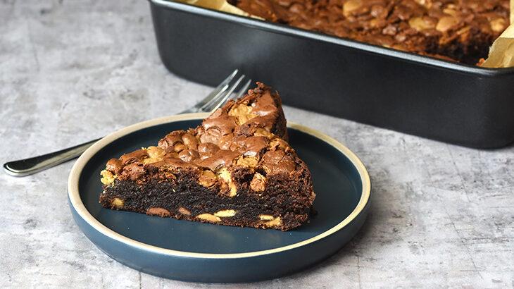 Super lækker brownies fyldt med ekstra stykker chokolade.