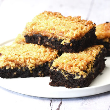 Kokostoscakage - Kladdkaka med kokostosca - svensk chokoladekage med kokostopping