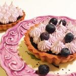Mini Lakridskarameltærte med blåbærmarengs