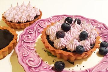 Lakridskarameltærte med blåbærmerengs - Tantestrejf.dk - opskrift