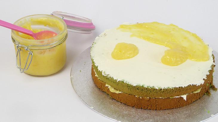 lagkage lagt sammen med citronsmørcreme og lemon curd