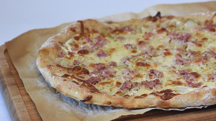 Tarte Flambée - fransk pizza med bacon, creamfraise, ost, løg