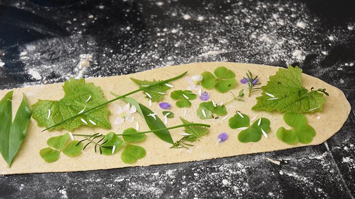 knækbrød med urter og spiselige blomster