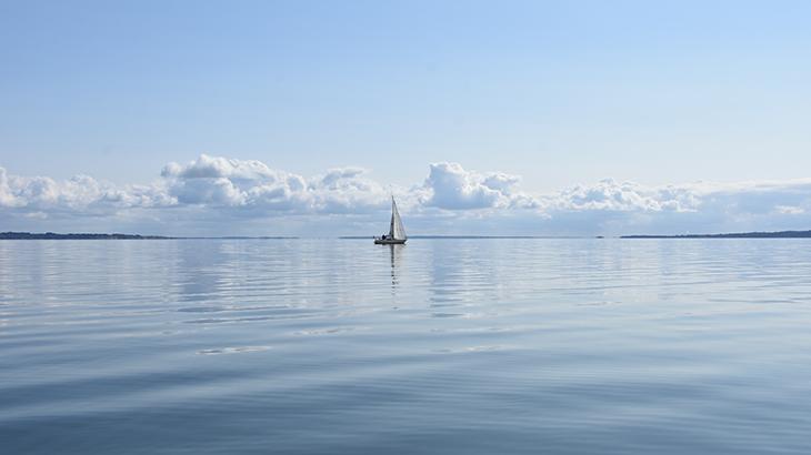 Vi sejlede fordi en sejlbåd som prøvede med sejl