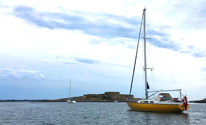 Martha der ligger for anker ud for festningsholmen ved Akerøy