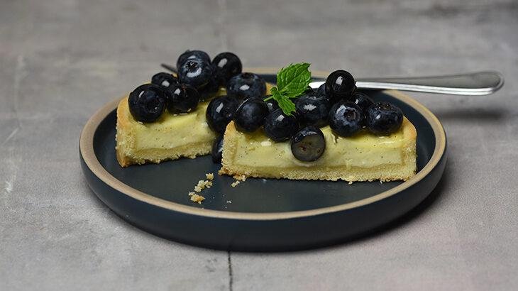 Små friske cheesecake med blåbær. Pynter på ethvert kagebord.
