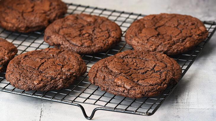 mørke chokoladecookies med tranebær - opskrift online - tantestrejf.dk