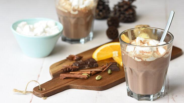 varm chokolade med julekryderier og ingefær