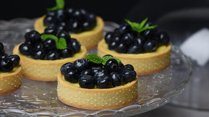 små cheesecake med blåbær - cheesecaketærter med blåbær