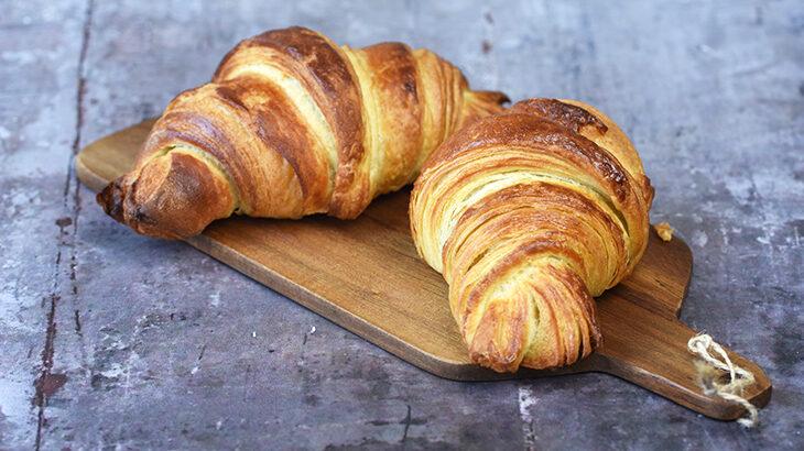 nybagte croissant med smør