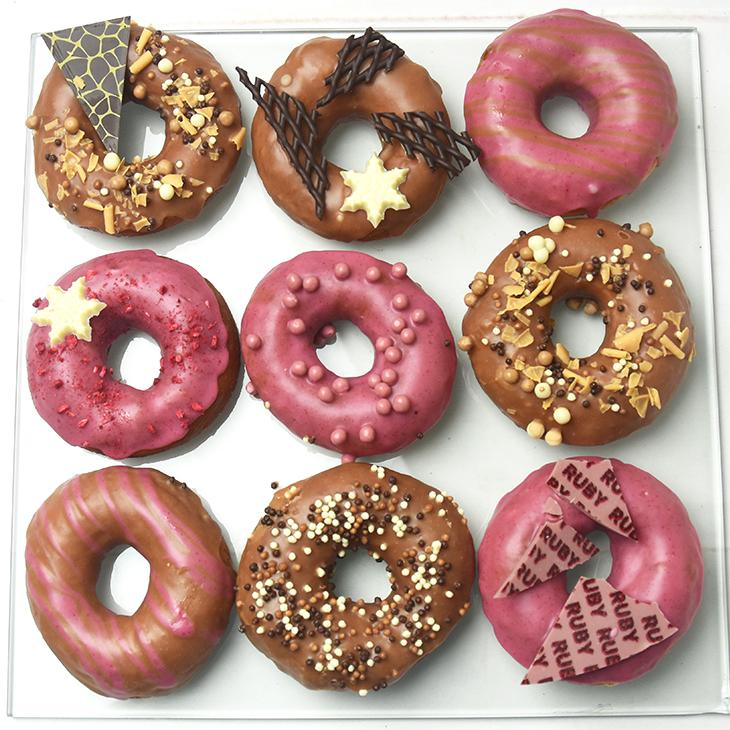 chokoladepyntet donuts - lette og luftige
