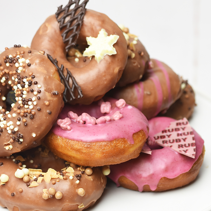 Flotte chokoladepyntet hjemmelavet donuts