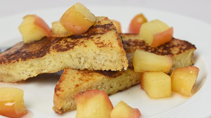 Sødt, blødt og lækkert - french toast hertil friske lyn syltede æbletern med vanilje.
