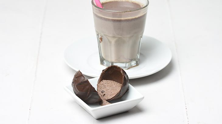 Chokolade kugle til en kop varm chokolade. Mørk chokolade med lidt krydderier